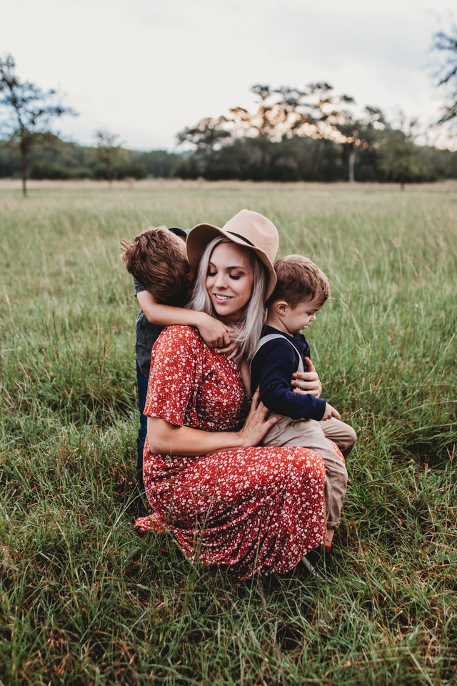 Where to buy affordable Organic baby clothes in Australia.-Mum with two kids in a nature rich environment.